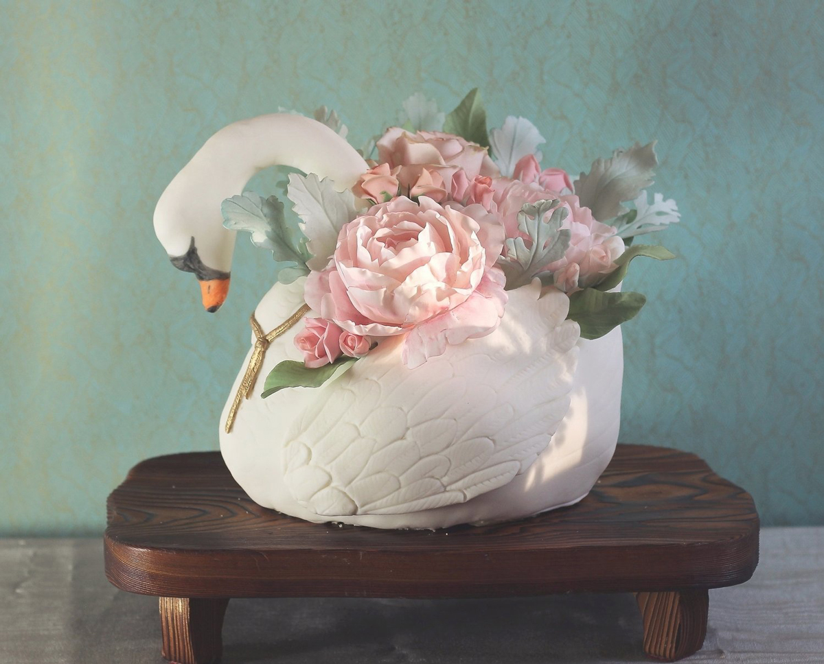 A fondant swan cake helped land Atlanta's Molly Brodak on